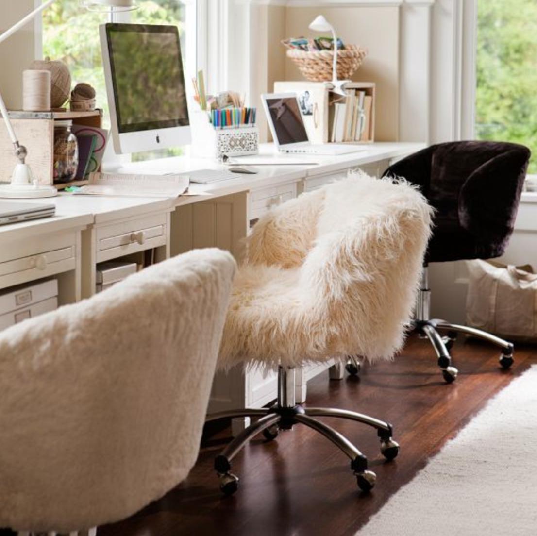 Hay một chiếc ghế giả lông chẳng phải độc nhất vô nhị để trang trí văn phòng sao?
